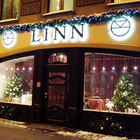 Christmas decoration of hi-end electronics shop Linn Prestige